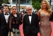 Le réalisateur Woody Allen est entouré de quelques... (PHOTO AFP) - image 2.0
