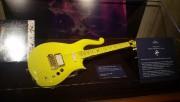 Une célèbre guitare de Prince de couleur jaune,... (Photo tirée de Twitter) - image 1.0