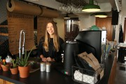 Julia De Vette, propriétaire d'un café à Boucherville,a... (PHOTO Martin Chamberland, LA PRESSE) - image 1.0