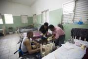 Le Dr Vil Cénat (à droite) soigne un... (PHOTO DIEU NALIO CHERY, ARCHIVES AP) - image 1.0