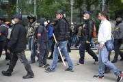 Des membres du service de sécurité de la... (PHOTO AFP/LIONEL BONAVENTURE) - image 1.0