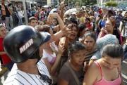 La grogne se fait de plus en plus... (PHOTO CARLOS GARCIA RAWLINS, REUTERS) - image 2.0