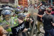 Des militants se sont heurtés aux policiers lors... (PHOTO JUAN BARRETO, AFP) - image 1.0