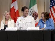 La ministre canadienne Catherine McKenna, le directeur du... (La Presse Canadienne, Justin Tang) - image 2.0