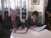Le maire d'Alma, Marc Asselin, a signé une... (Guy Veillette) - image 1.0
