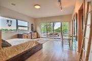 Grande, la chambre a sa propre terrasse, sa... (PHOTO FOURNIE PAR RE/MAX 2001 N.M.) - image 4.0