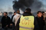 Des grévistes bloquent l'accès au port de Saint-Nazaire,... (PHOTO  JEAN-SÉBASTIEN EVRARD, AFP) - image 2.0
