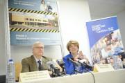 Le ministre Gaétan Barrette et la dirigeante du... (Photo Le Quotidien, Gimmy Desbiens) - image 3.0