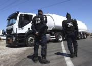 Des policiers surveillaient, mardi, l'arrivée d'un camion transportant... (AP, Claude Paris) - image 2.0