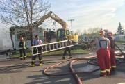 Les pompiers ont dû s'aider d'une pelle mécanique... (Photo Le Quotidien, Jeannot Lévesque) - image 1.0