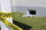 De l'extérieur, Jean-Philippe Laroche a fracassé la fenêtre... (Photo Le Quotidien, Mariane L. St-Gelais) - image 1.1