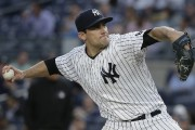 Le lanceur des Yankees Nathan Eovaldi a signé... (Associated Press) - image 2.0