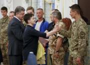 Nadia Savtchenko est félicitée par lebataillon de volontaires... (AP, Sergei Chuzavkov) - image 3.0
