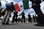 Des manifestants brandissaient un drapeau mexicain devant leAnaheim... (PHOTO AFP) - image 2.0