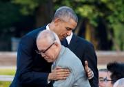 Le président Obama a pris dans ses bras... (PHOTO JIM WATSON, AFP) - image 4.0