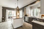 La cuisine d'avant offrait sensiblement la même configuration,... (Photo fournie par Sotheby's Realty International Québec.) - image 3.0