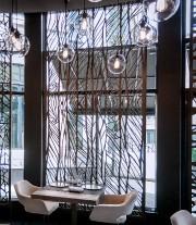 Les claustras du restaurant Laurie Raphaël laissent circuler... (Le Soleil, Pascal Ratthé) - image 5.0