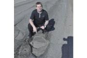 Carl Dufour montre l'état du boulevard Saguenay. ... (Photo Le Progrès-dimanche, Rocket Lavoie) - image 2.0