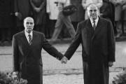 L'image du président français François Mitterrand et du... (AFP, Marcel Mochet) - image 3.0