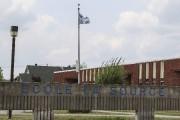 À l'école La Source, l'extrémité du drapeau flottant... (Patrick Woodbury, LeDroit) - image 2.1