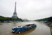 La Seine a débordé sur les allées au... (AFP, Bertrand Guay) - image 2.0