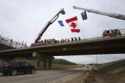 Des pompiers ont accueillis les résidants de Fort... (AFP, Cole Burston) - image 2.0