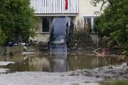 Une voiture renversée par les flots à Simbach... (AP, Matthias Schrader) - image 3.0
