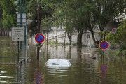 Une voiture abandonnée est submergée alors que la... (PHOTO Pascal Rossignol, REUTERS) - image 4.0