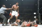 Ali contre Sonny Liston en mai 1965 lors... (Archives AP) - image 1.0