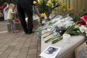 Des citoyens de Louisville ont déposé des fleurs... (PHOTO BRENDAN SMIALOWSKI, AFP) - image 1.0