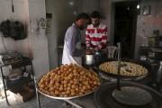 Des Syriens préparent des gâteries, alors que leramadan... (AFP, Baraa Al-Halabi) - image 2.0