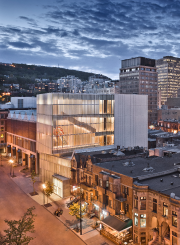Photographié de nuit de la rue Bishop, le... (Photo Marc Cramer, fournie par le Musée des beaux-arts de Montréal) - image 1.0