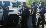 Des policiers lourdement armés bloquent la route afin... (PHOTO PNGFM News /REUTERS) - image 1.0
