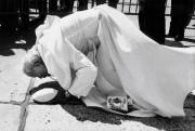 Le pape Jean-Paul II embrasse le sol à... (Photothèque Le Soleil) - image 5.0