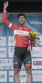 Eric Young sur le podium... (Photo Le Quotidien, Michel Tremblay) - image 4.1