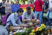 Des gens déposent fleurs et bougies devant l'ambassade... (Agence France-Presse) - image 2.0
