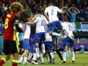 Les Italiens bondissent sur le terrain après leur... (AP, Laurent Cipriani) - image 3.0