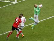 Le gardien de la Hongrie, Gabor Kiraly, a... (Andrew Medichini, Associated Press) - image 3.0