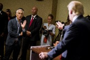 Jorge Ramos posant des questions à Donald Trump... (ARCHIVES REUTERS) - image 4.0