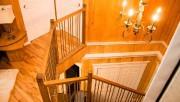L'escalier ajoute au cachet luxueux de cette résidence... (Photo fournie par Centris) - image 1.1