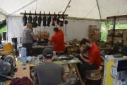 Des techniciens travaillent à mettre en place toute... (Photo Le Quotidien, Louis Potvin) - image 1.0