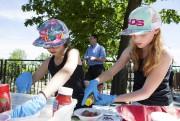 Audrey et Anne Sophie Lavoie vendent des bonbons... (Le Soleil, Caroline Grégoire) - image 1.0