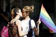 Deux jeunes femmes s'embrassent, à Istanbul, dimanche, lors... (Photo OSMAN ORSAL, Reuters) - image 1.0