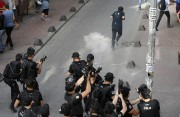 La police turque a utilisé des gaz lacrymogènes... (AP, Emrah Gurel) - image 1.0