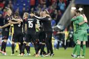 Les joueurs de l'Albanie célèbrent leur victoire historique.... (Pavel Golovkin, Associated Press) - image 2.0
