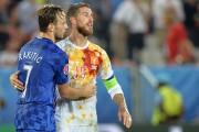 Sergio Ramos est consolé par le milieu de... (PHOTO AFP) - image 2.0