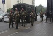 Des soldats belges montent la garde à proximité... (AP, Virginia Mayo) - image 3.0