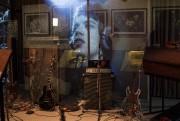 Les visiteurs pourront voir des guitares et des... (AP, Joel Ryan) - image 2.0