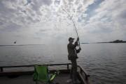 Andrey pêche sur le lac Saint-Louis, à Lachine.... (Photo Ivanoh Demers, La Presse) - image 2.0