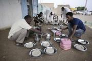 Les hommes péparent la nourriture pour la fin... (Agence France-Presse) - image 2.0